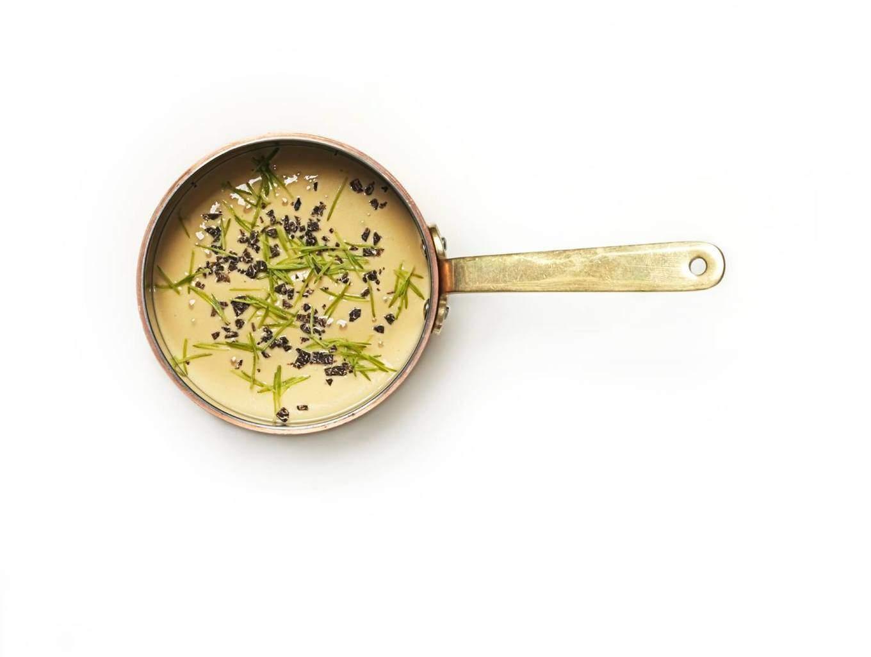 Valkoviinillä, ruskistetulla voilla ja sitruunalla maustettu kanakerma.