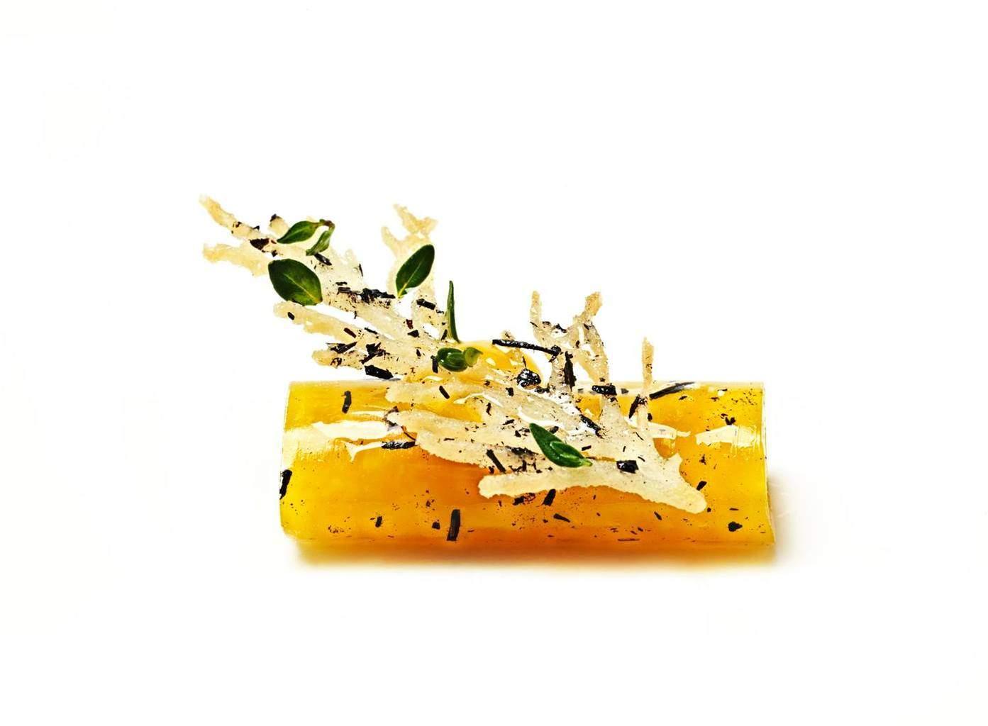 Keltajuurta, kanannahkaa ja omenaviinietikkaa.
