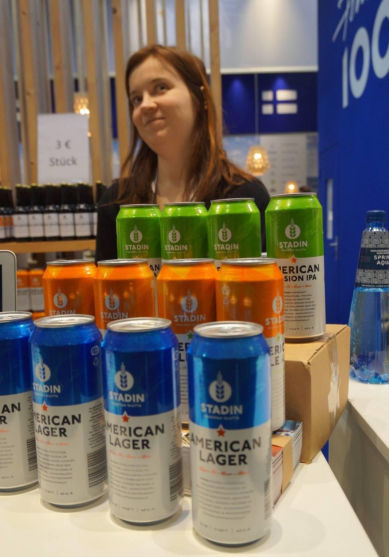 Ingrid Viertola esitteli Berliinissä Stadin Panimon oluita.